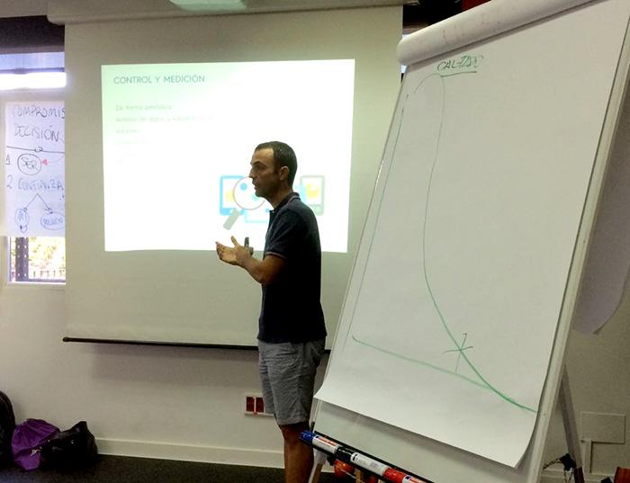 Galo durante el taller de marketing y comunicación en Vivir del Entrenamiento Personal y Pilates